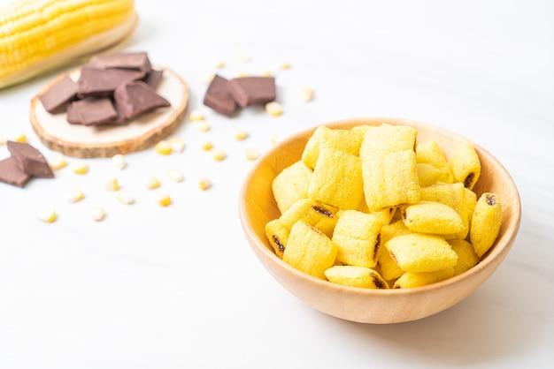 나무 그릇에 초콜릿 시리얼