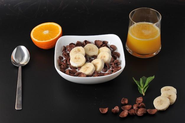 バナナとオレンジジュースとチョコレートシリアル