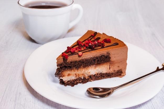 白いプレートにチョコレート釉薬とチョコレートチーズケーキ