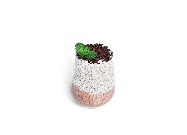 초콜릿 치아 푸딩과 민트 절연. 초콜릿 파르페. 건강한 디저트.