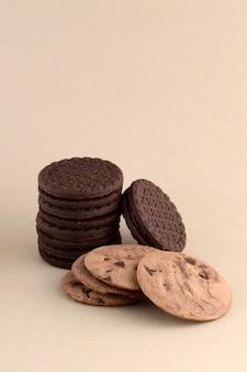 Шоколадное печенье и кремовый бисквит