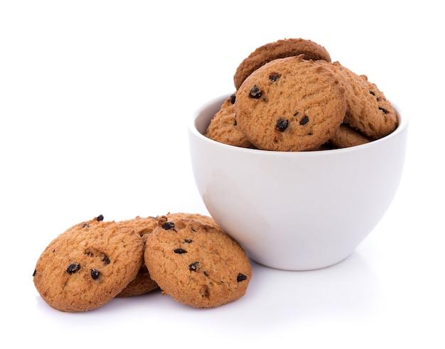 白い表面のbolwlのチョコレートチップクッキー