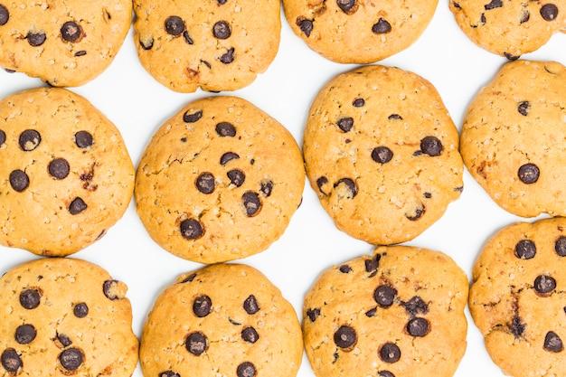 흰색 배경에 초콜릿 칩 쿠키
