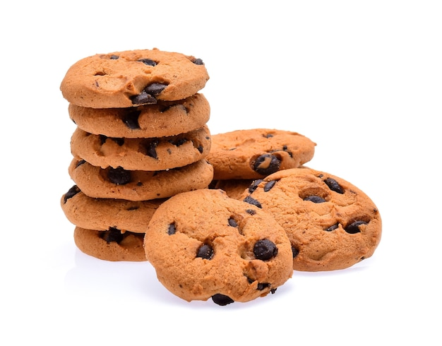 白い背景の上のチョコレートチップクッキー
