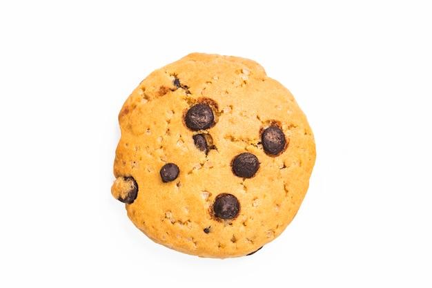 Cioccolato chip cookie su sfondo bianco