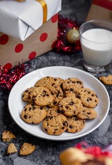 축하를위한 초콜릿 칩 쿠키와 우유