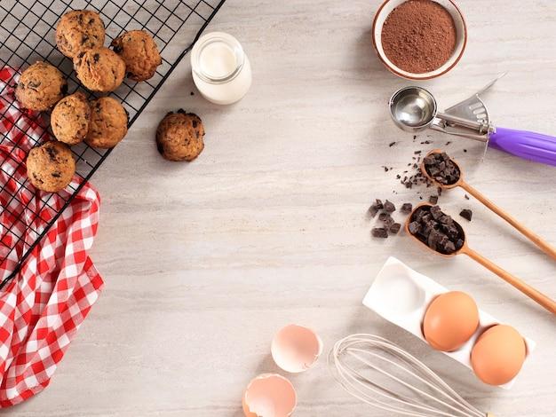 材料、卵、チョコレート、アイスクリームスクープのコピースペースとチョコレートチップクッキーの背景。テキストまたはレシピの場合