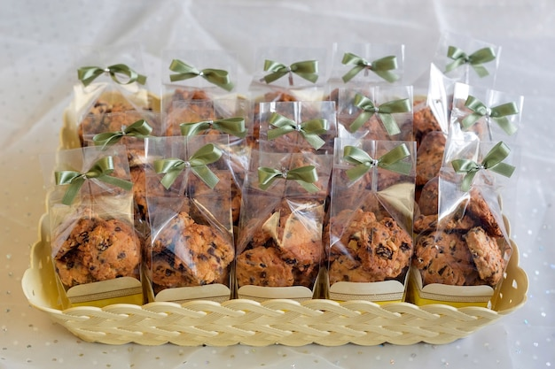 리본 나비 넥타이, 쿠키 포장 종이 컵에 초콜릿 칩 쿠키.