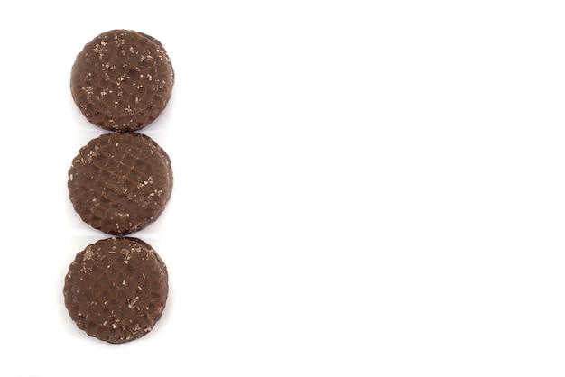 白い背景で隔離のチョコレートチップクッキー。コピースペース。あなたのテキストのための場所。