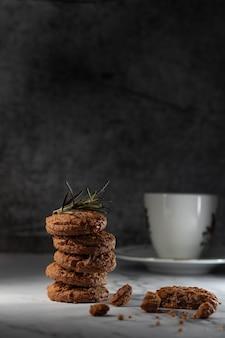 ダークグレーの背景にチョコレートチップクッキー子供と大人のための自家製ペストリー
