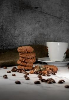 濃い灰色の背景にチョコレートチップクッキー子供と大人のための自家製ペストリー