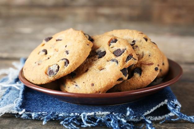 나무 테이블에 청바지 냅킨에 초콜릿 칩 쿠키