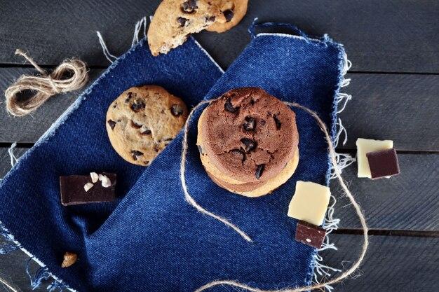 청바지 냅킨에 초콜릿 칩 쿠키
