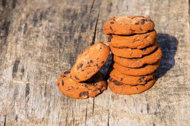 素朴な木製のテーブルにチョコレートチップクッキー