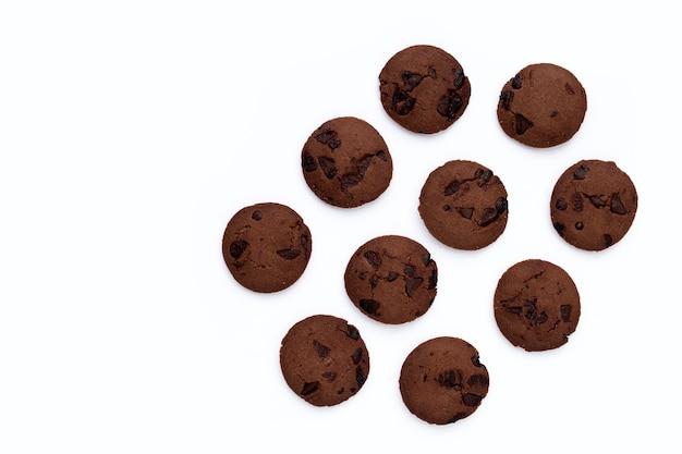 흰색 바탕에 초콜릿 칩 쿠키입니다.