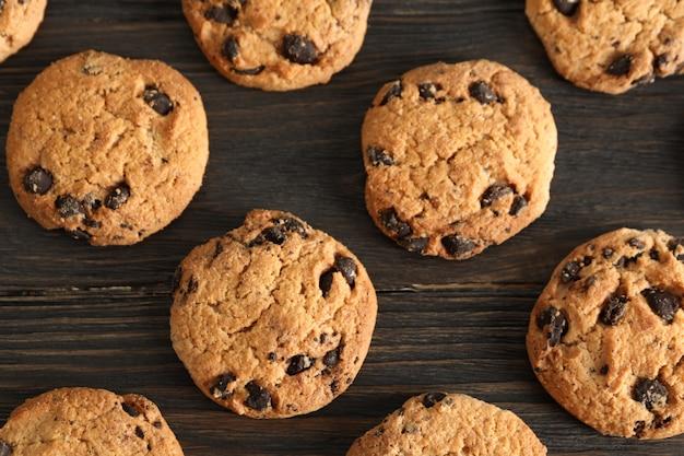 木製のテーブルにチョコレートチップクッキー。