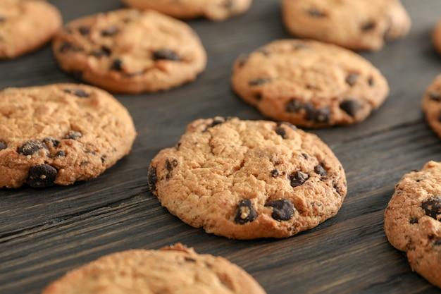 木製のチョコレートチップクッキー