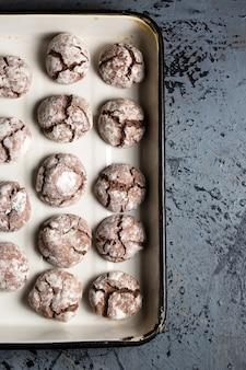 가루 설탕을 뿌린 초콜릿 칩 쿠키