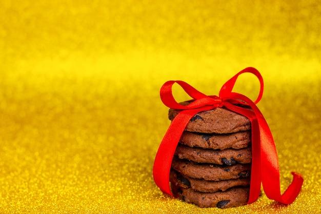Шоколадное печенье, перевязанное красной лентой. подарок любимому человеку.
