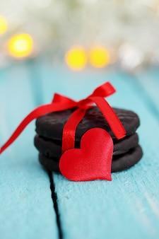 빨간 리본으로 묶인 초콜릿 칩 쿠키