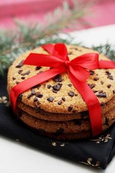 Шоколадное печенье с красным бантом