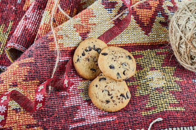 Biscotti con gocce di cioccolato su un tappeto colorato intagliato