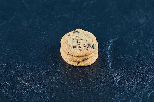 大理石の表面にチョコレートチップクッキー