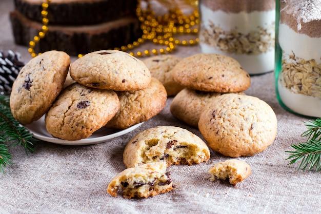 Печенье с шоколадной крошкой и подарочной смесью печенья в банке