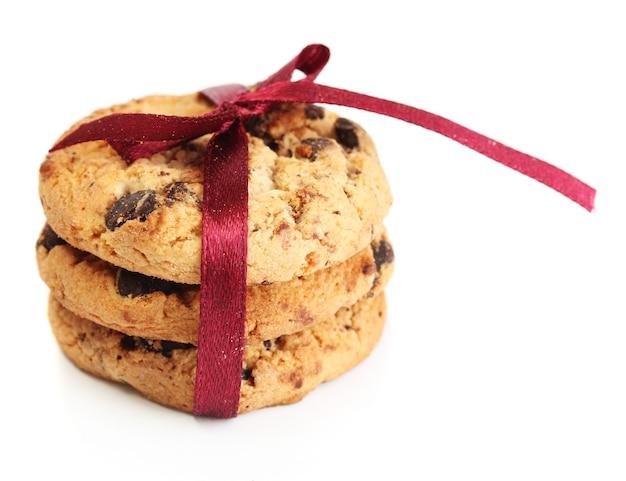 白で隔離の赤いリボンとチョコレートチップクッキー