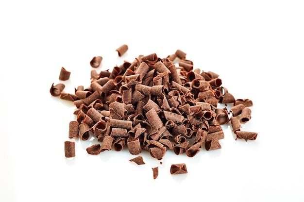 白い背景の上のチョコレートチップ