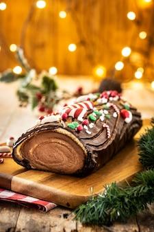 チョコレートのクリスマスケーキとクリスマスライト