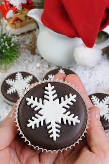 マジパンパールスノーフレークで飾られたチョコレートクリスマスマフィン
