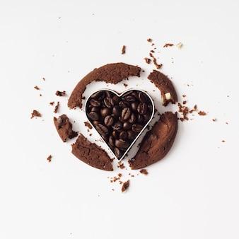하트 커터로 잘라 초콜릿 커피 쿠키. 평평하다. 사랑 개념.