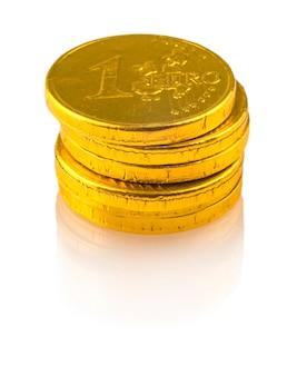 白い背景で隔離の1ユーロのチョコレートコイン