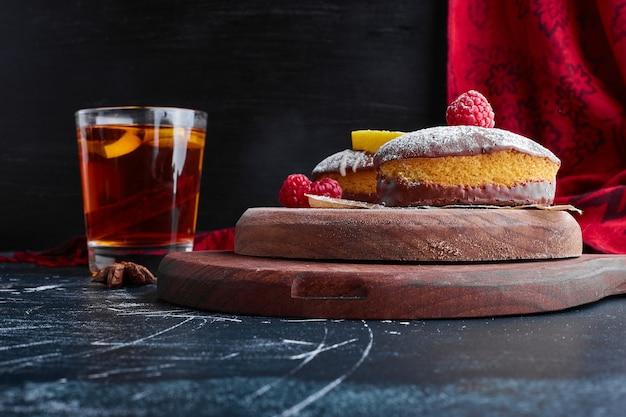 Шоколадное печенье подается со стаканом чая.