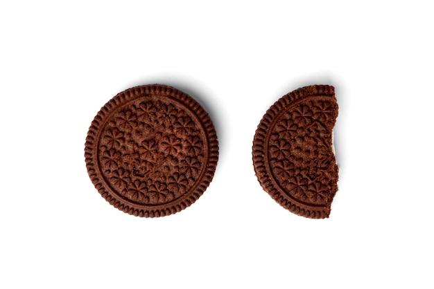 Шоколадное печенье с молочной начинкой на белом фоне. вид сверху.