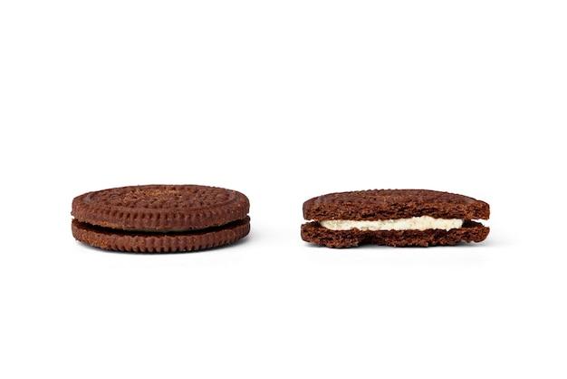 Шоколадное печенье с молочной начинкой на белом фоне.