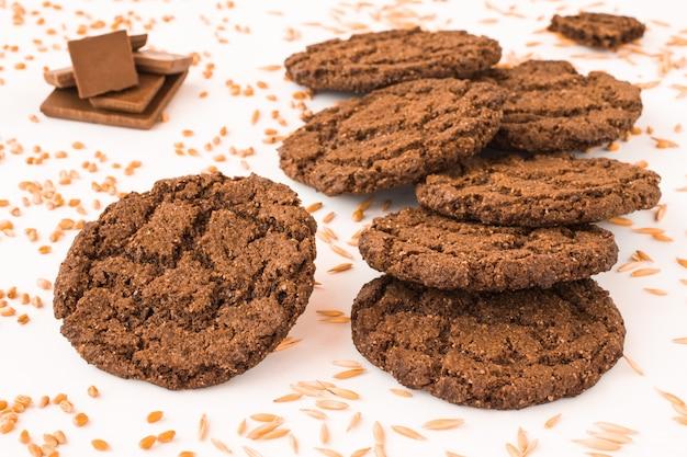 밀과 귀리의 작은 이삭 사이의 초콜릿 쿠키