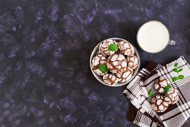 チョコレートクッキーと牛乳1杯。上面図