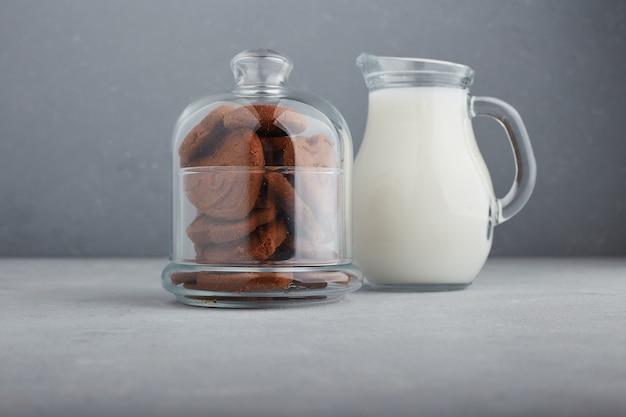 チョコレートクッキーと牛乳の瓶。
