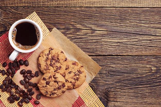 チョコレートクッキーとテーブルの上のコーヒーカップ