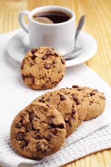 チョコレートクッキーと一杯のコーヒー