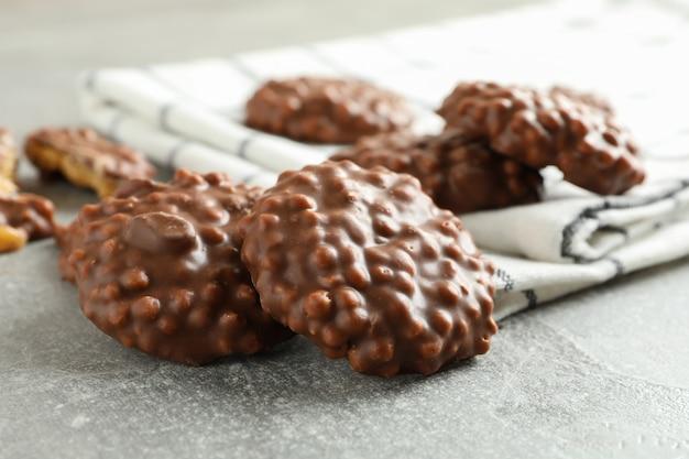 チョコレートクッキーと灰色のテーブル、クローズアップのキッチンタオル