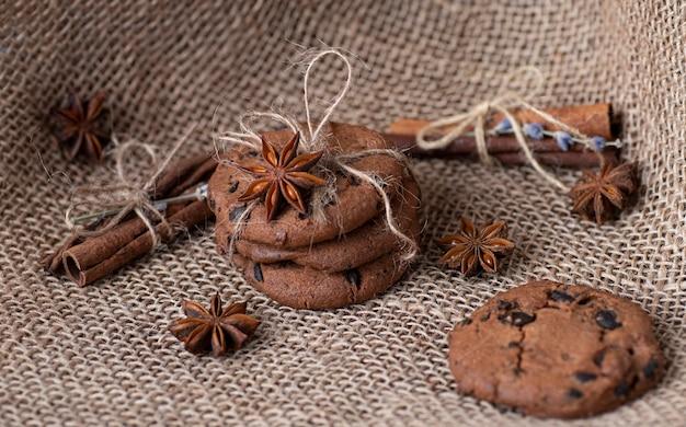 Шоколадное печенье в подарок упаковано на вретище, корицу и бадиан. выпечка