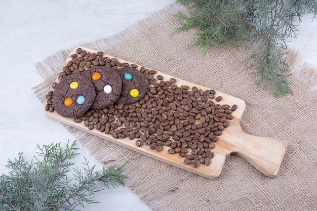 Шоколадное печенье, украшенное конфетами и кофейными зернами.