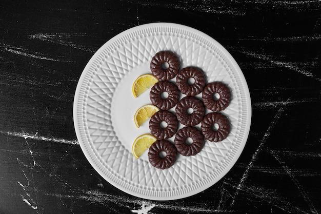 白い皿にチョコレートクッキー。