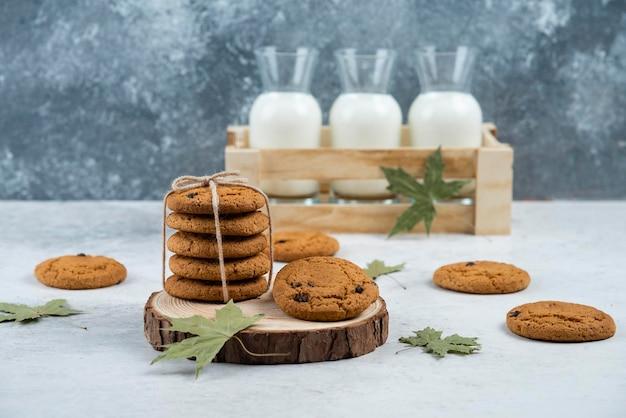 木の板にロープでチョコレート クッキー。