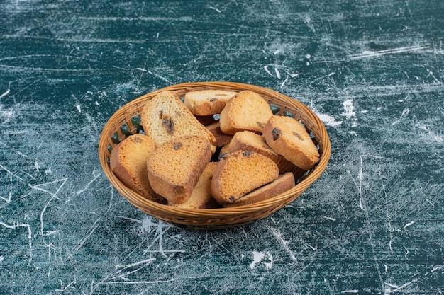 Biscotti al cioccolato isolati sulla superficie blu.