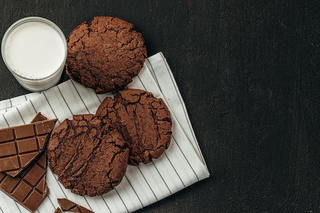 暗いテーブルの上のチョコレートクッキーをクローズアップ