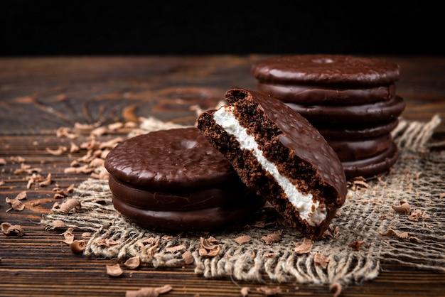 Шоколадное печенье на темном деревянном.